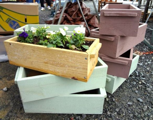 I loved these DIY wooden planter boxes!  I might make some for our patio! :) Oh Daddy... I need to borrow that saw ;)